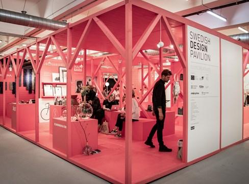 色彩鲜艳的瑞典赤松展台在伦敦设计展上大放异彩